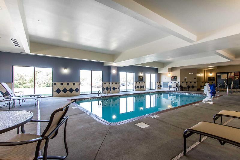 Comfort Suites - Pool - 2