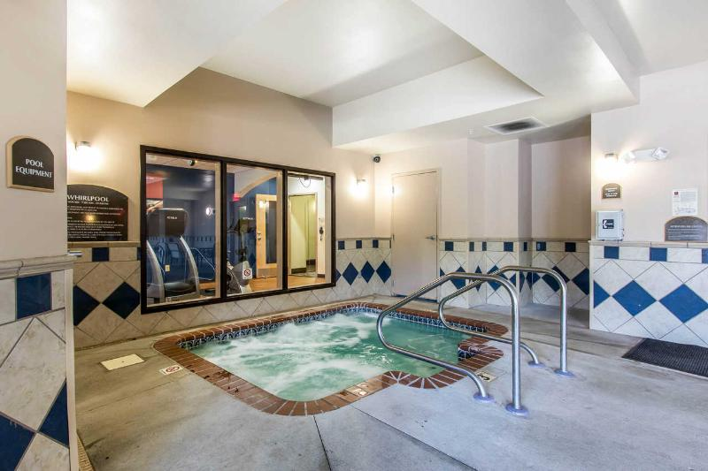 Comfort Suites - Pool - 13