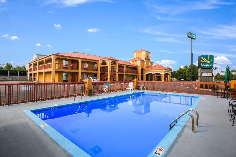 Quality Inn - Pool - 2