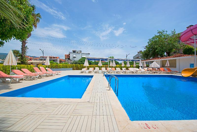 CLE Resort Hotel - Pool - 9