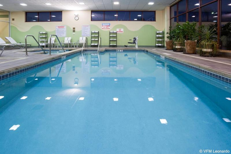 Pool Crowne Plaza Milwaukee West