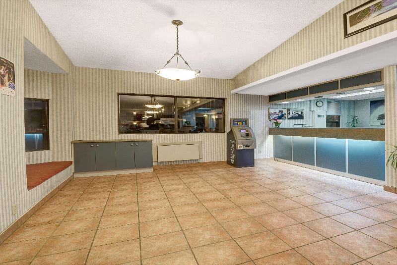 Lobby Super 8 By Wyndham Niagara Falls North