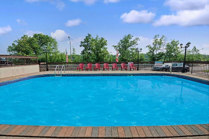 Pool Super 8 By Wyndham Niagara Falls North