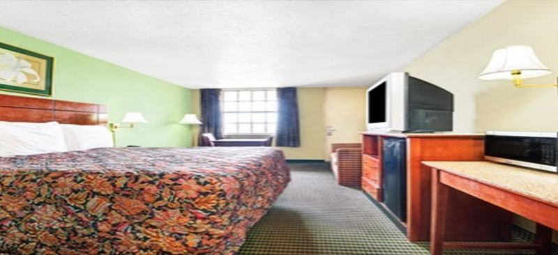 Room Super 8 Downtown Airport Area