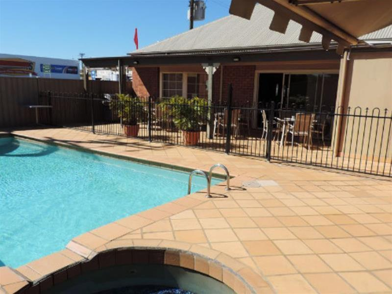 Pool Quality Inn Burke & Wills