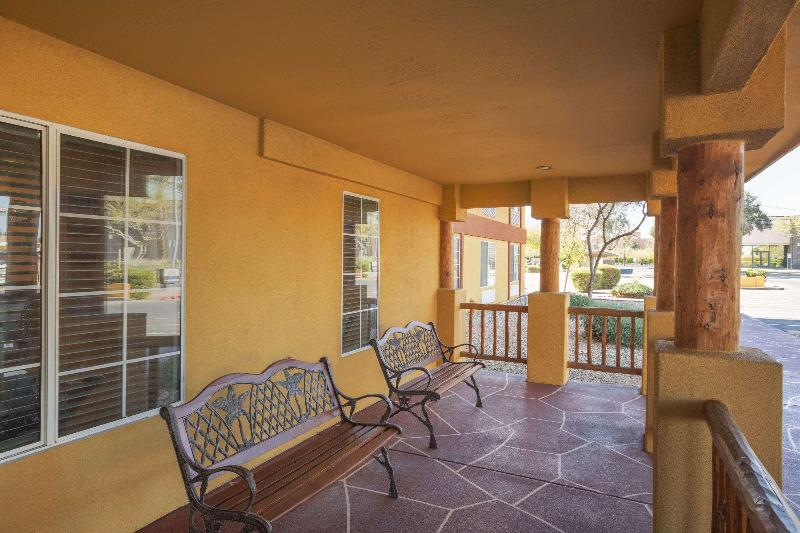 General view Days Inn & Suites By Wyndham Surprise