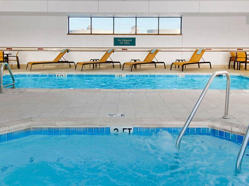 Courtyard St. Louis Downtown - Pool - 2