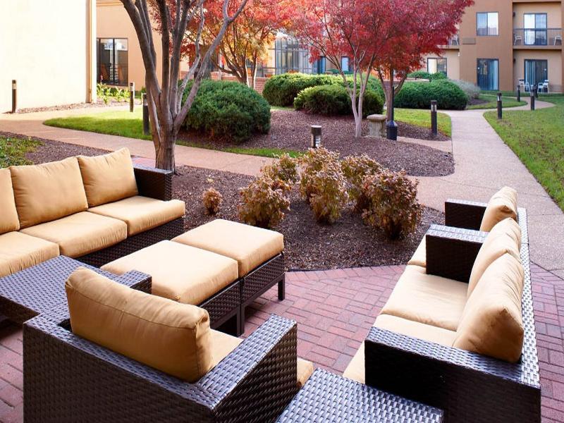 Courtyard St. Louis Downtown - Terrace - 13