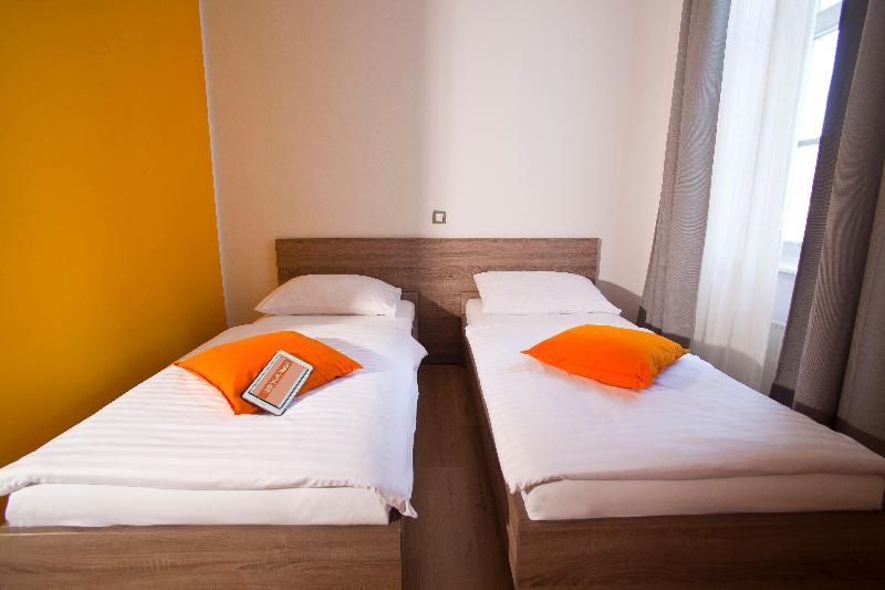 Room Uni Youth Hostel