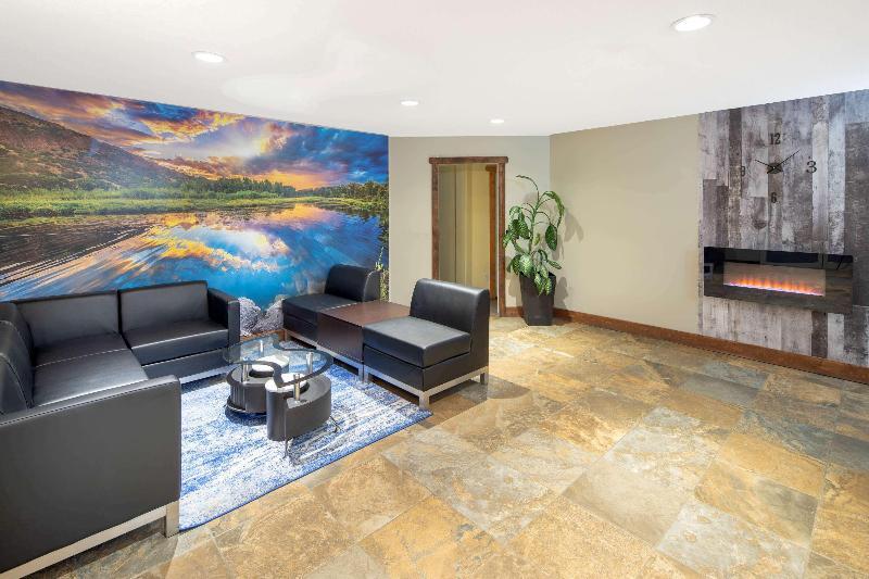 Lobby Travelodge By Wyndham Golden Sportsman Lodge