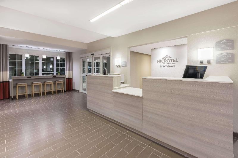 Lobby Microtel Inn & Suites By Wyndham Perry