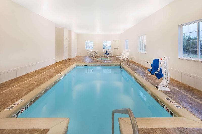 Pool Microtel Inn & Suites By Wyndham Perry