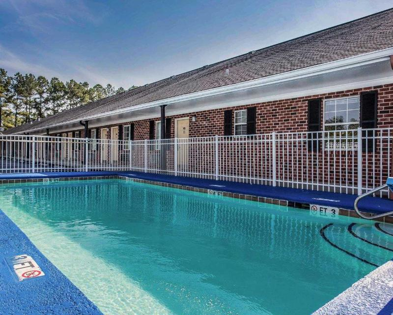Pool Econo Lodge