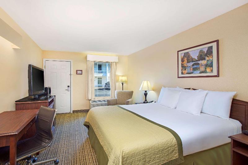 Room Baymont By Wyndham Forest City