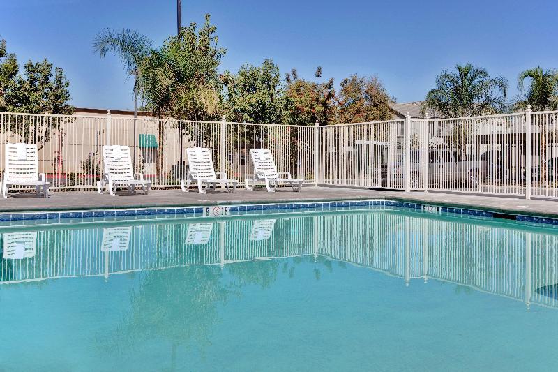 Pool Holiday Inn Express Delano Hwy 99