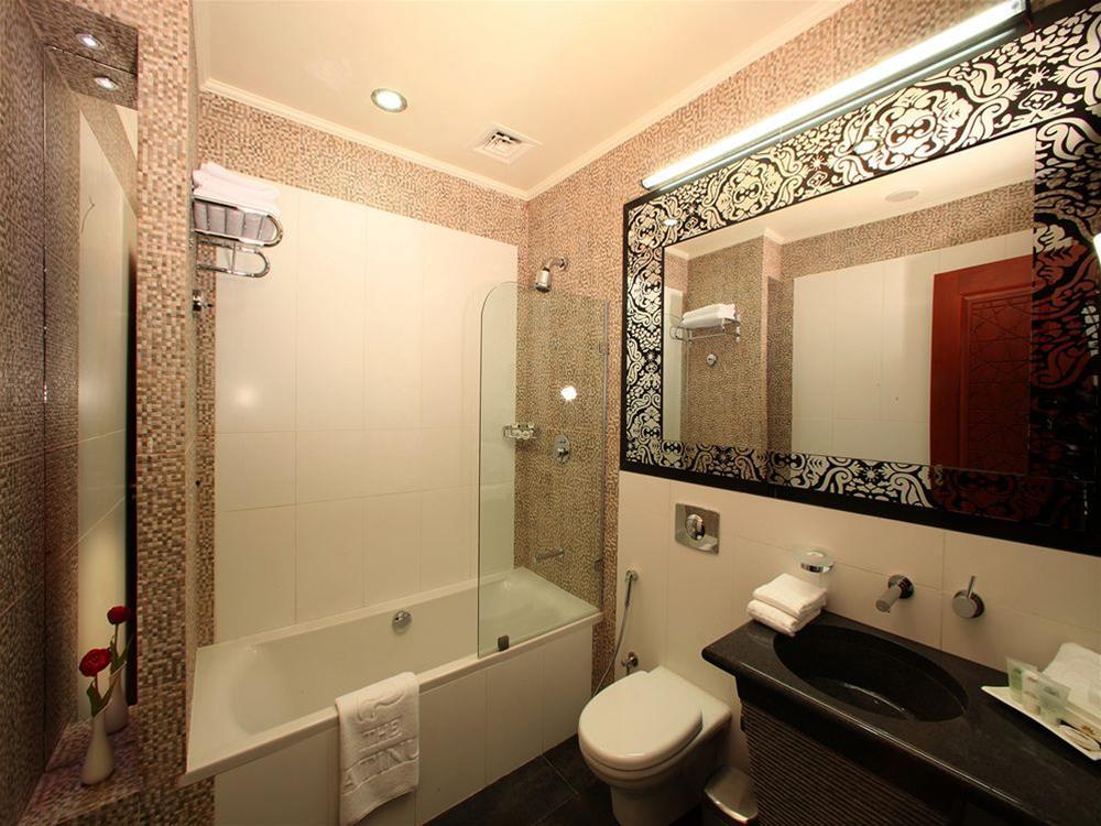 Platinum Hotel, Bausher